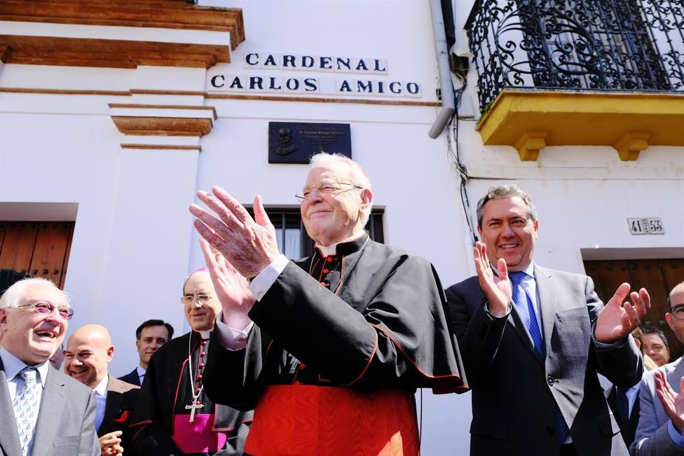 El cardenal Carlos Amigo agradece la rotulación de una calle con su nombre