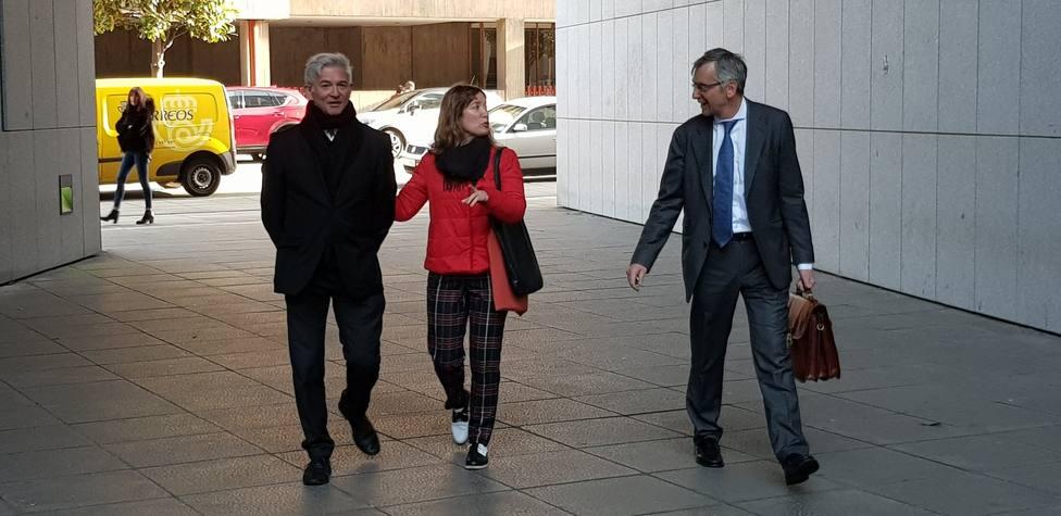 Judit Pereiro llega a la Audiencia acompañada por su esposo y su abogado