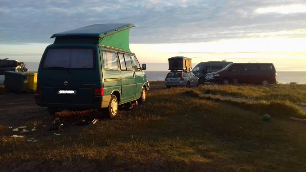 Caravanas estacionadas cerca de la playa