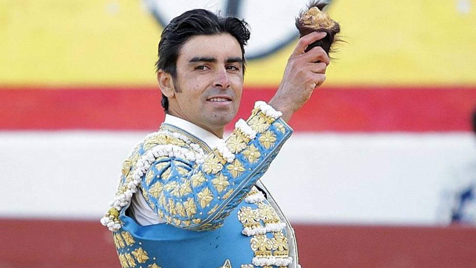 Miguel Ángel Perera con una de las dos orejas cortadas este jueves en Ejea de los Caballeros