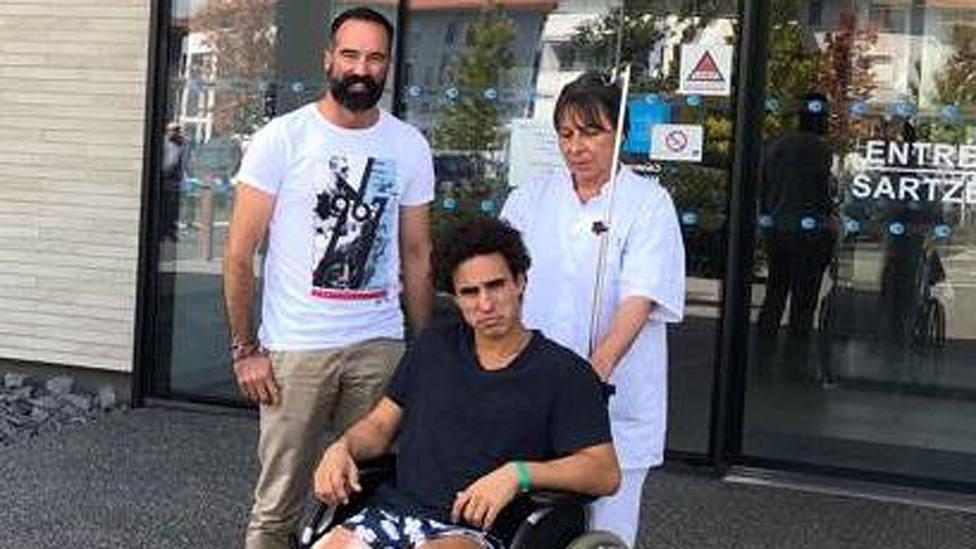 Joaquín Galdós junto al cirujano jefe y una enfermera del hospitalBelharra.