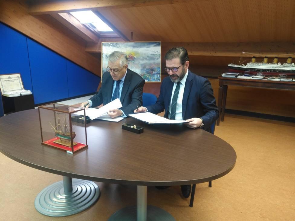 Antonio Duelo Menor y Ángel Mato firmando el convenio