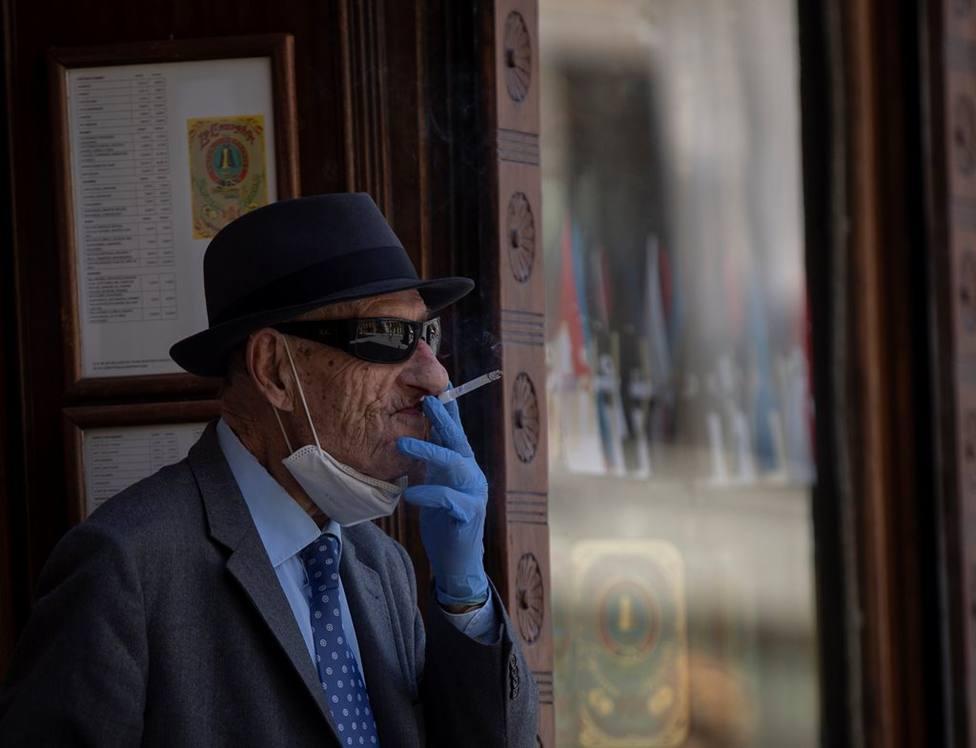 Anciano fuma un cigarrillo en tiempos de Covid