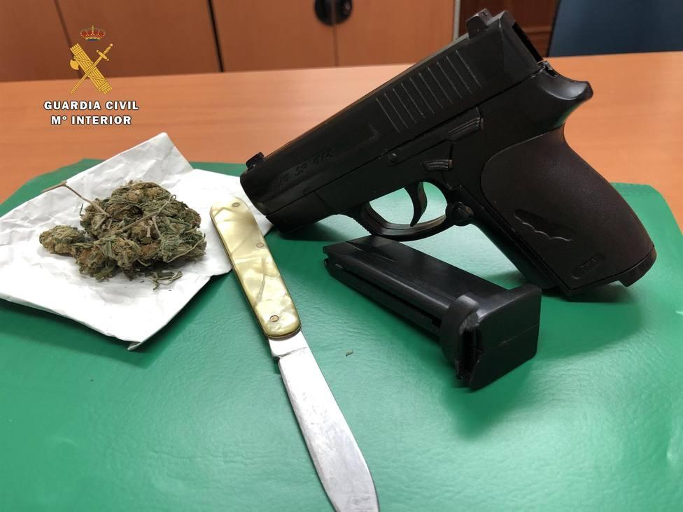 Detenido por portar en su vehículo una pistola simulada, un arma blanca y marihuana