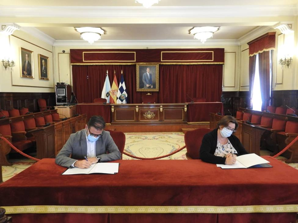 Firma del convenio en el salón de plenos del Ayuntamiento - FOTO: Concello de Ferrol