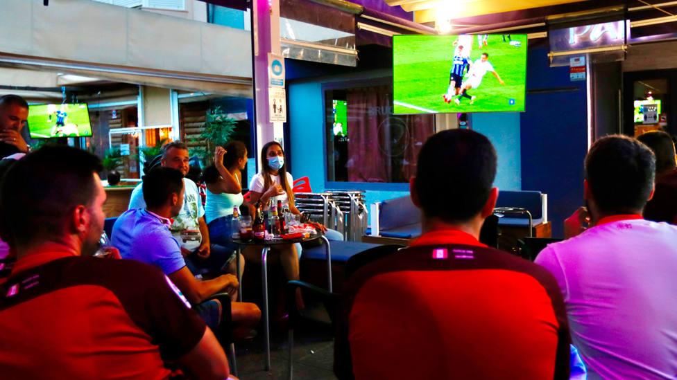 Aficionados siguen en un bar de Sevilla la final de la Europa League entre Sevilla e Inter. EFE