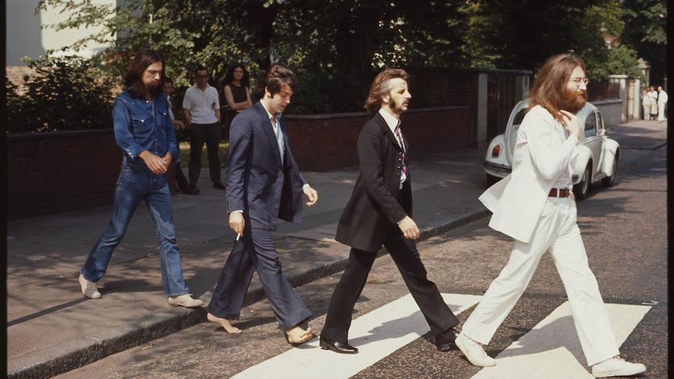 ¿Por qué Paul McCartney aparece descalzo en la portada de Abbey Road?