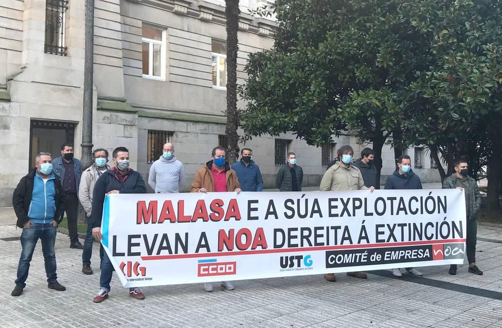 Trabajadores y delgados sindicales en su concentración ante el TSXG en A Coruña - FOTO: CIG