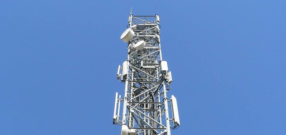 Foto de archivo de una antena de transmisión de seña de televisión