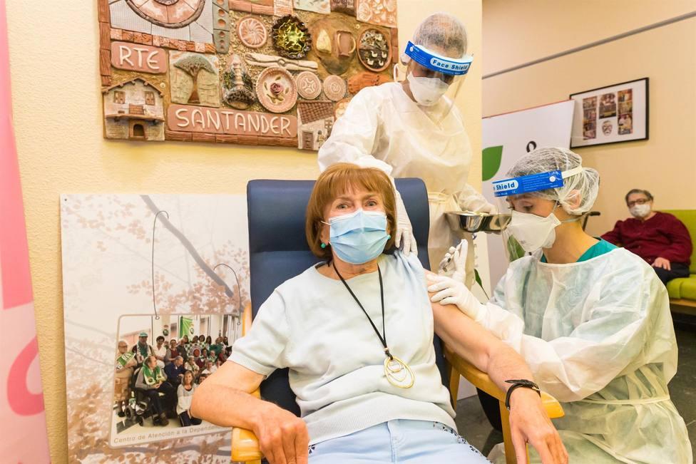Imagen de la primera persona vacunada contra la COVID en Cantabria