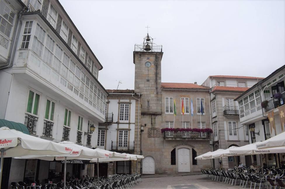 Plaza Real de Pontedeume con el Ayuntamiento al fondo - FOTO: Concello de Pontedeume