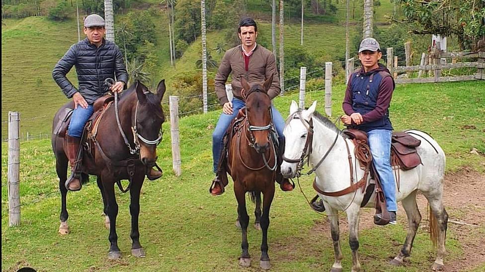 Emilio de Justo, en el centro de la imagen, durante su estancia en la ganadería de Salento