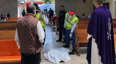 La historia de Juan, un hombre de 60 años entra en la iglesia para rezar y muere de rodillas frente al altar