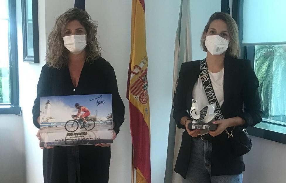Marián Ferreiro, alcaldesa de Narón, con Sara Guerrero - FOTO: Concello de Narón