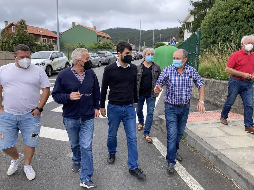 El concejal de urbanismo, Julián Reina, visitó la parroquia de Serantes. FOTO: Concello Ferrol
