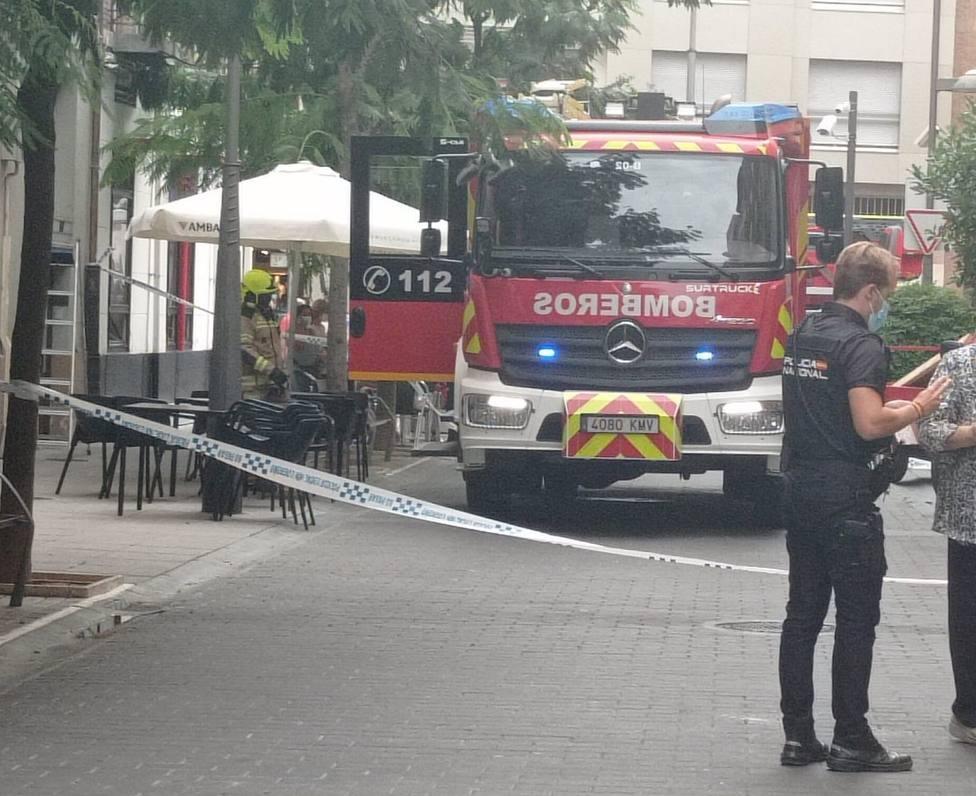 Los bomberos intervienen en el derrumbe del techo de una vivienda en la calle Pilar Salarrullana de Logroño