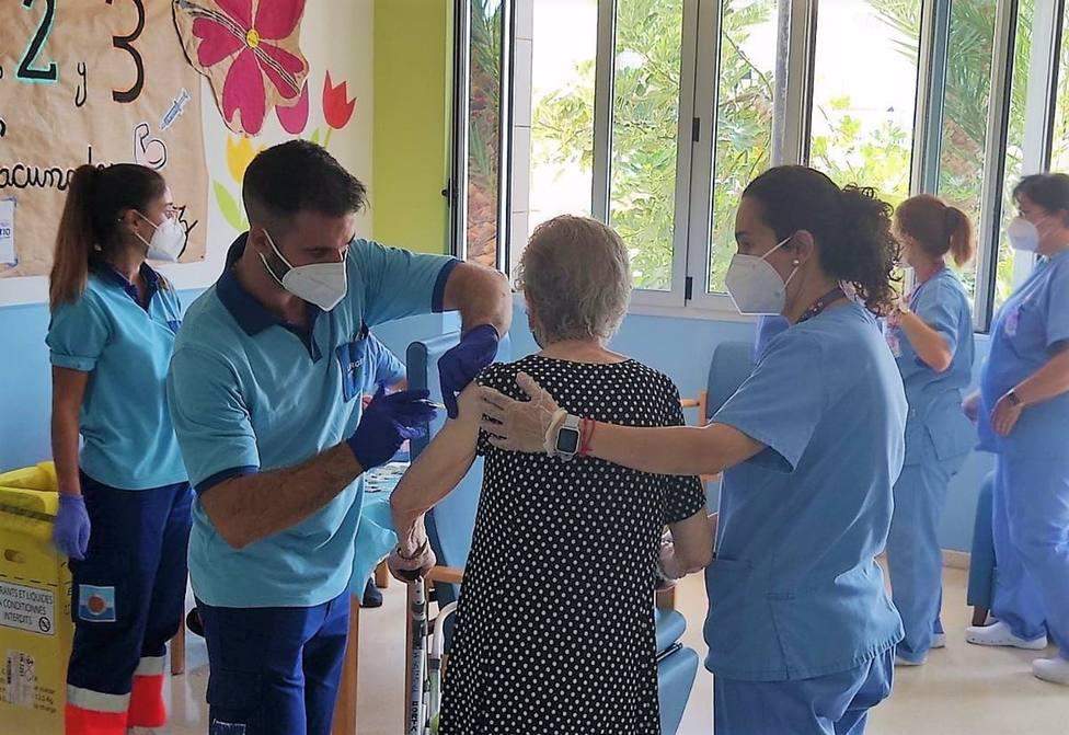 Un centenar de usuarios de la Residencia Virgen del Rosario de Roquetas reciben la tercera dosis