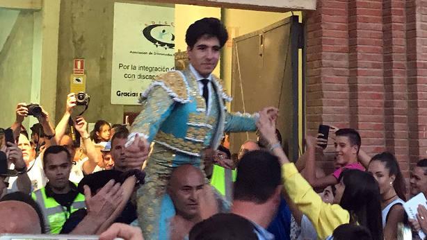 Álvaro Lorenzo en su salida a hombros este viernes en Ejea de los Caballeros