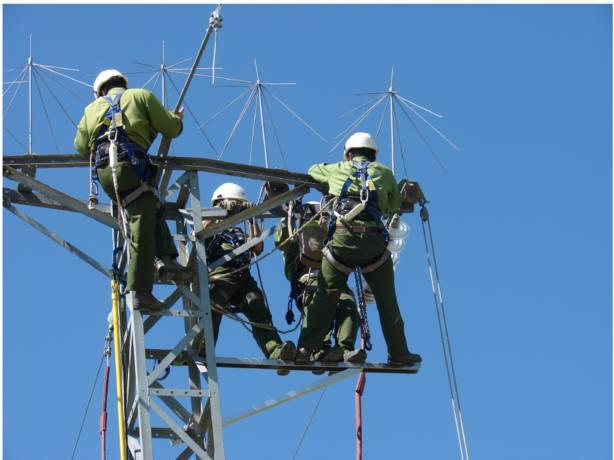 operarios de Iberola adaptando tendidos eléctricos