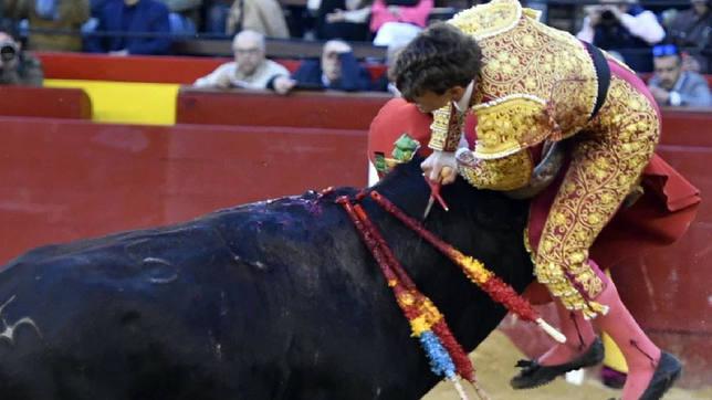 Momento de la cogida sufrida por Borja Collado este martes en Valencia