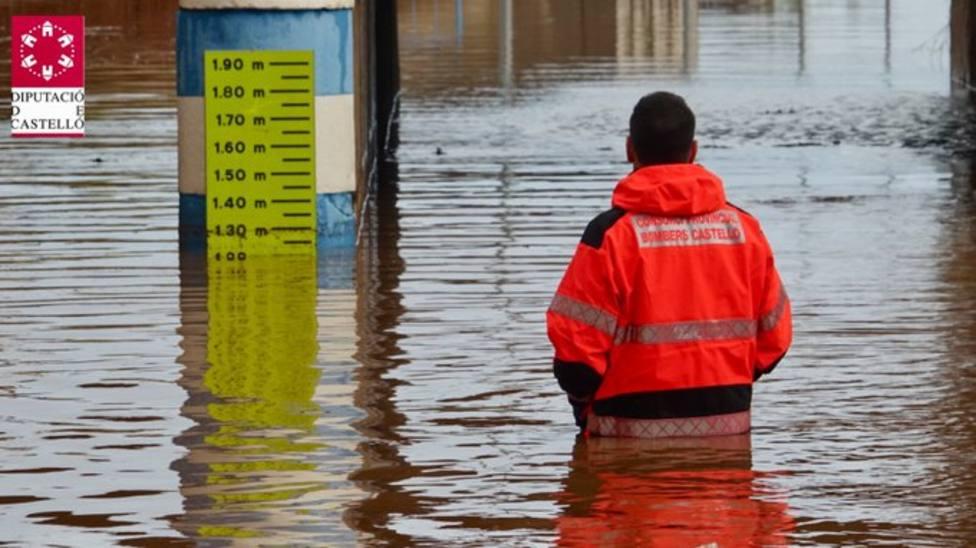 Bomberos rescataron a una mujer atrapada en su vehículo en una zona inundable de Nules