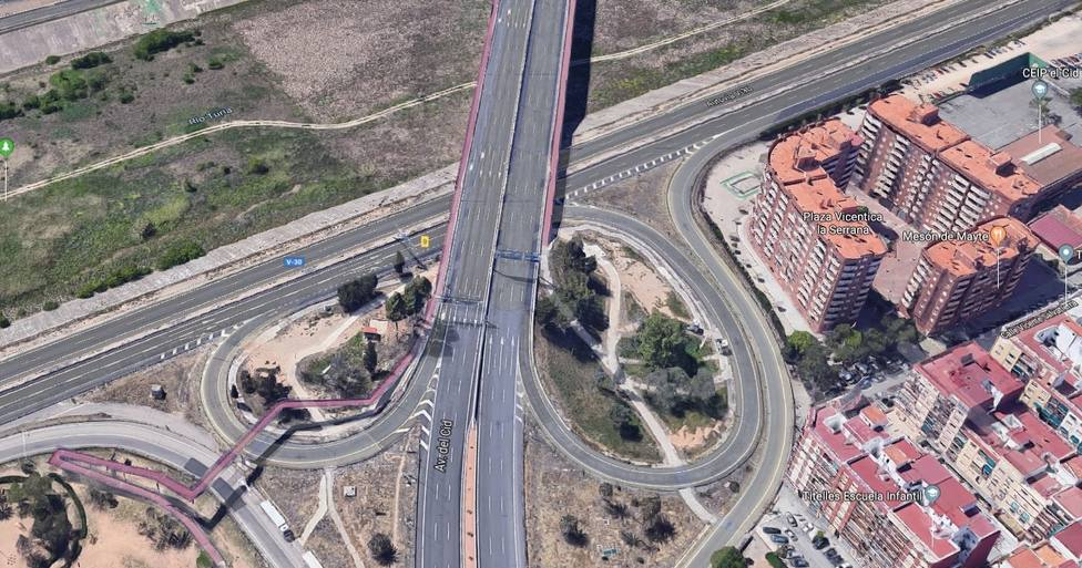 Un motorista muere en un accidente en la V-30 y arrestan a un conductor implicado por huir del lugar