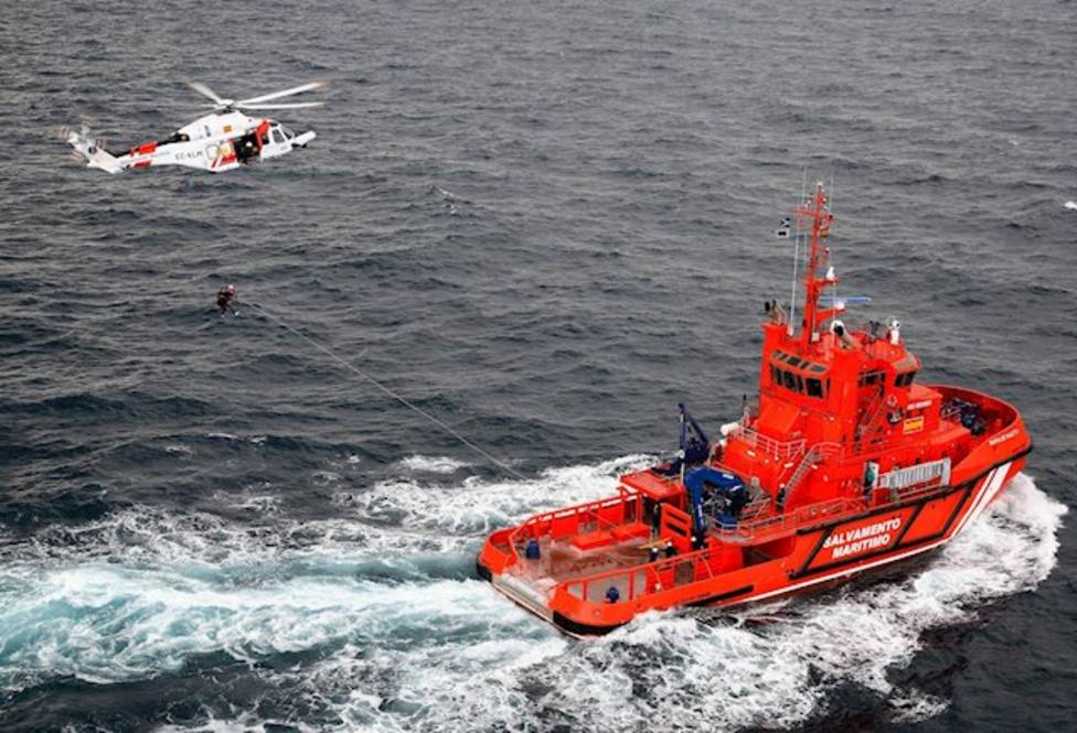 Reanudan la búsqueda del percebero que cayó al mar en San Esteban de Pravia