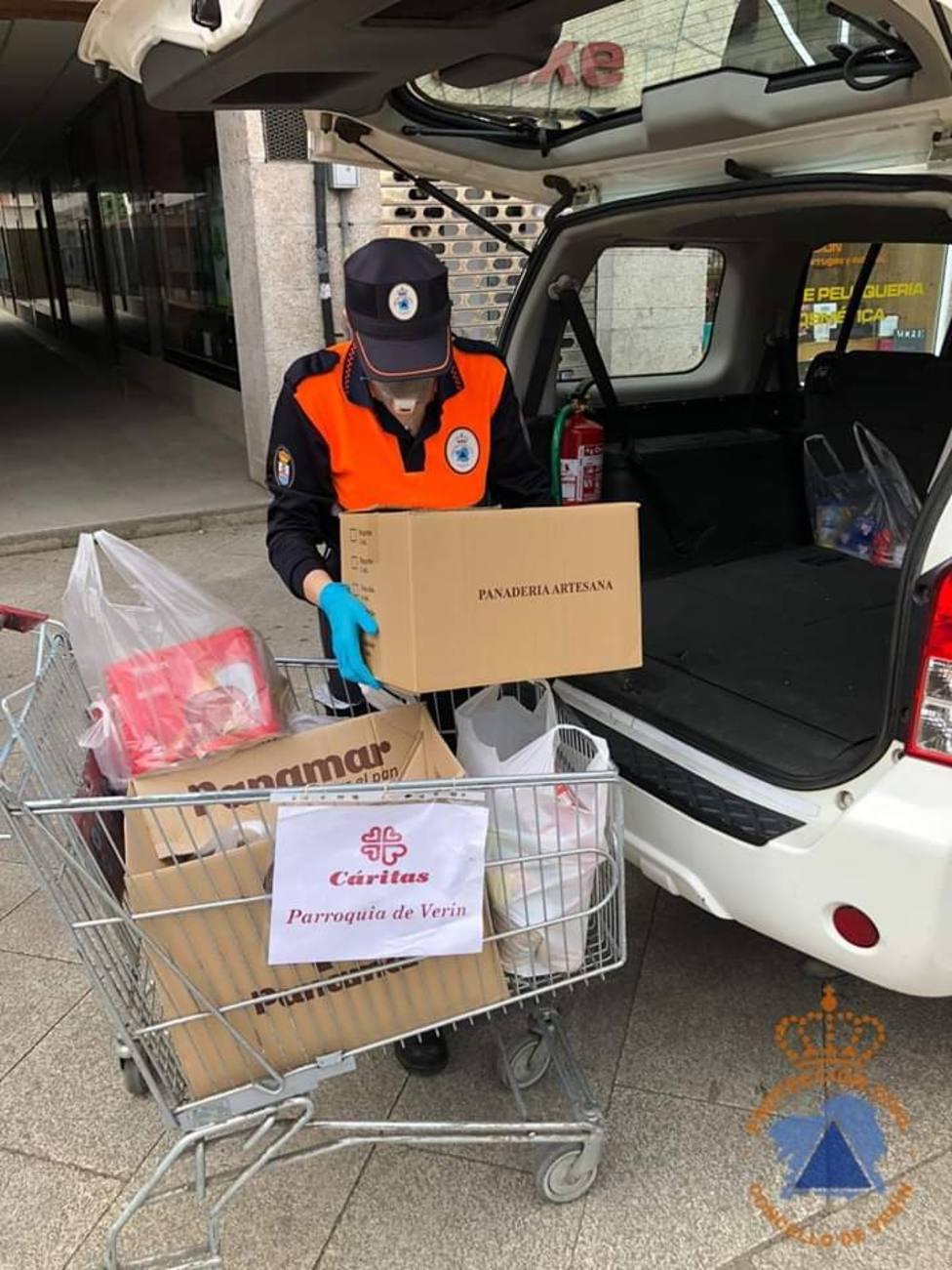 Un voluntario de Protección Civil de Verín prepara el reparto de alimentos donados a Caritas Parroquial