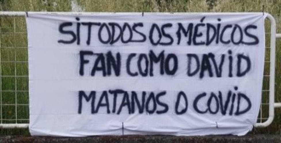 Pancarta alusiva a las bajas del médico de Pontenova David Álvarez