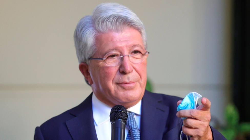 Enrique Cerezo, presidente del Atlético de Madrid, con una mascarilla en la mano. EFE