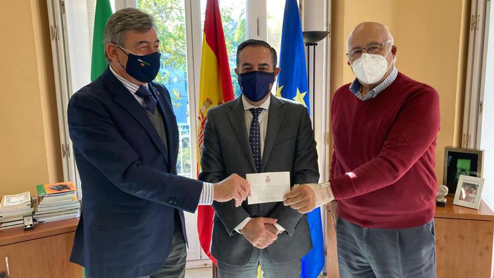 Santiago de Leo?n y Domecq, Miguel Briones y Eduardo Ordóñez durante el acto de donación