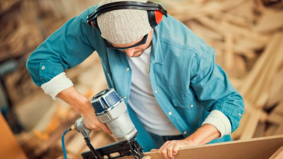Foto de archivo de un operario realizando trabajos de carpintería