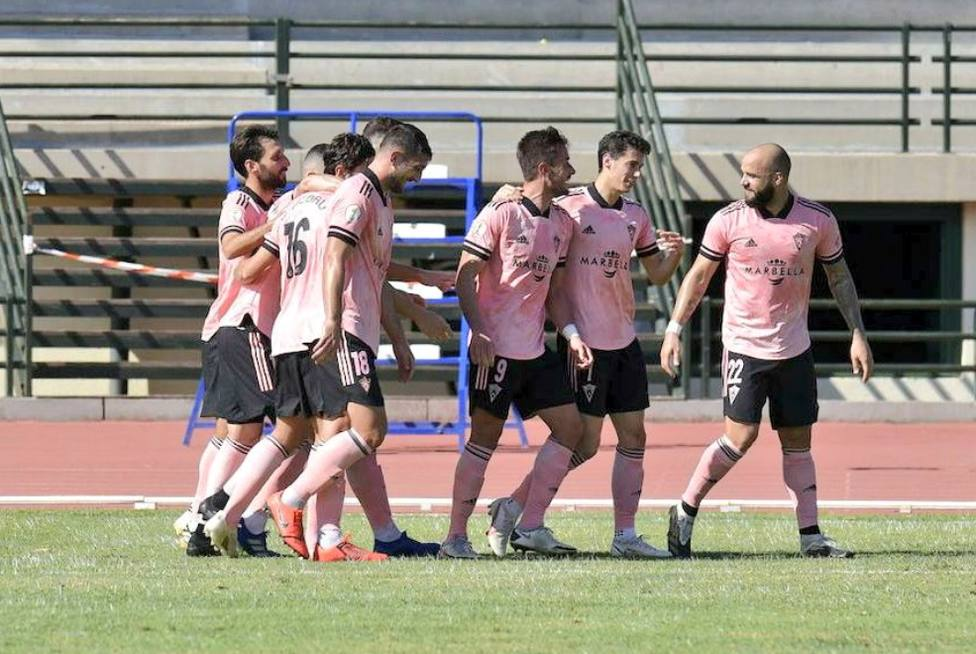Chumbi con el Marbella FC anotando un gol en la victoria contra el Marino
