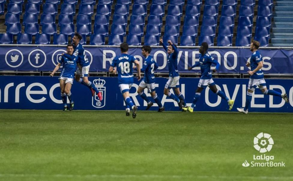 Los futbolistas del Oviedo celebran el tanto de Nieto