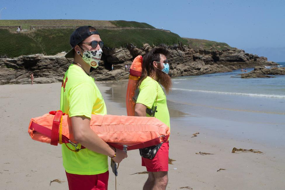 Foto de archivo de socorristas en la orilla con la mascarilla puesta - FOTO: Europa Press / Carlos Castro