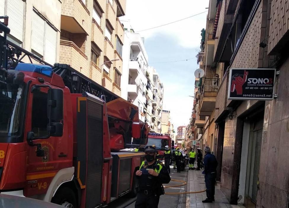 Herida por inhalación de humo en el incendio de una vivienda en Alicante