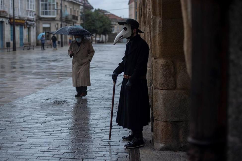 Imagen ilustrativa de una persona disfrazada con una máscara de la peste negra