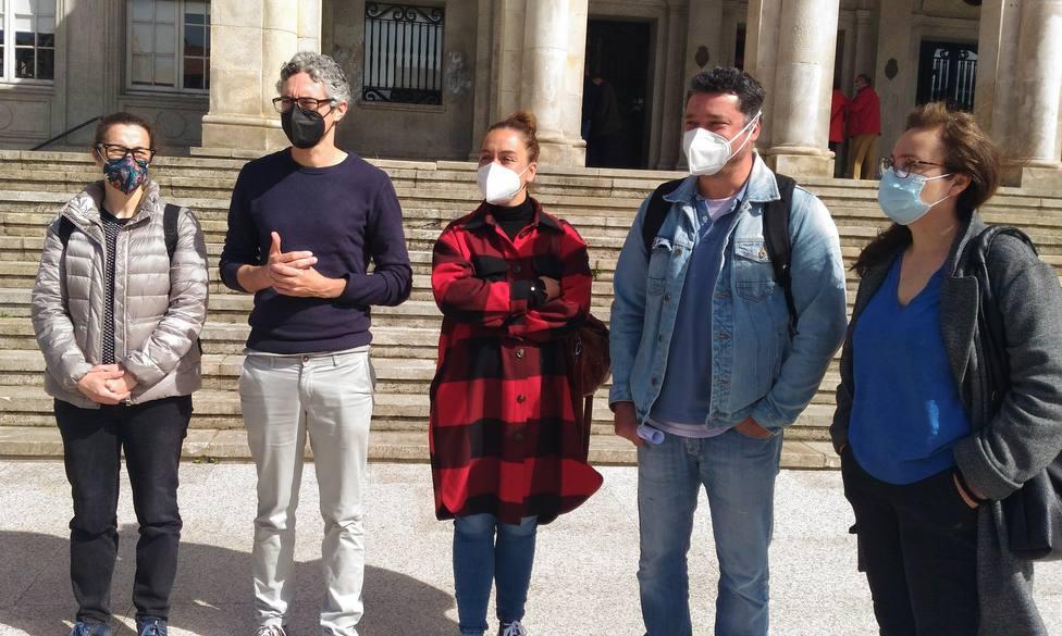 Miembros del BNG tras analizar el Pacto de Estado por Ferrol en la Plaza de Armas. FOTO: BNG Ferrol