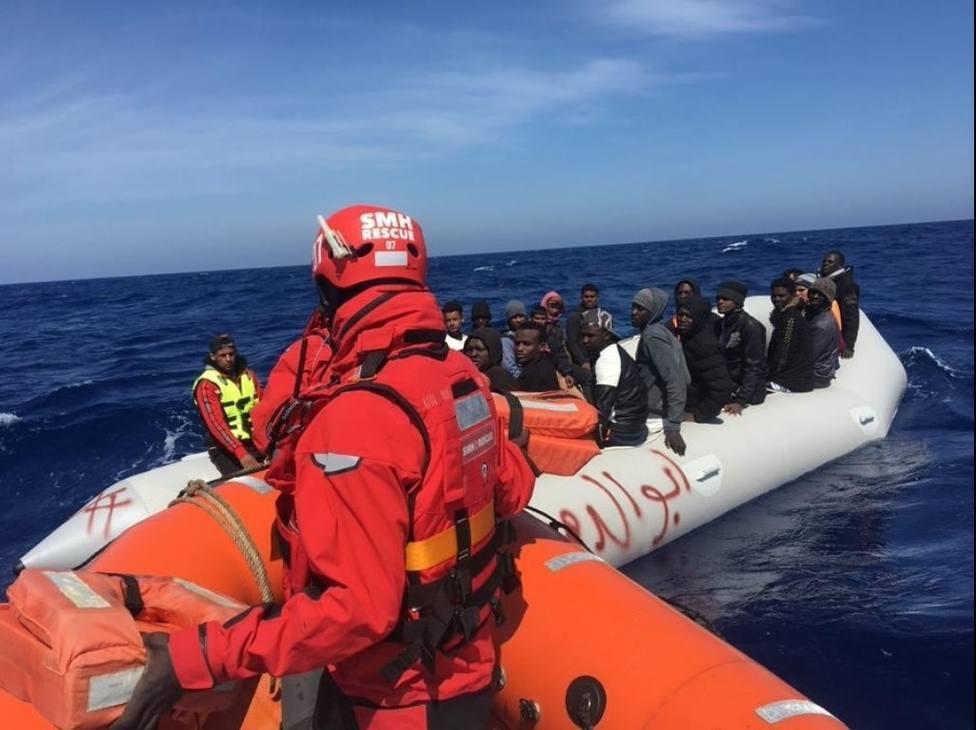 Dos bebés y tres mujeres embarazadas, entre los 41 ocupantes de una patera rescatada en Gran Canaria