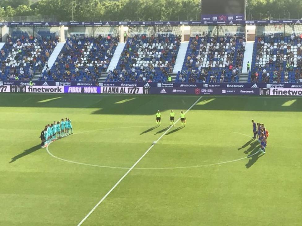 Minuto de silencio por el árbitro asistente murciano antes del comienzo de la final de la Copa de la Reina