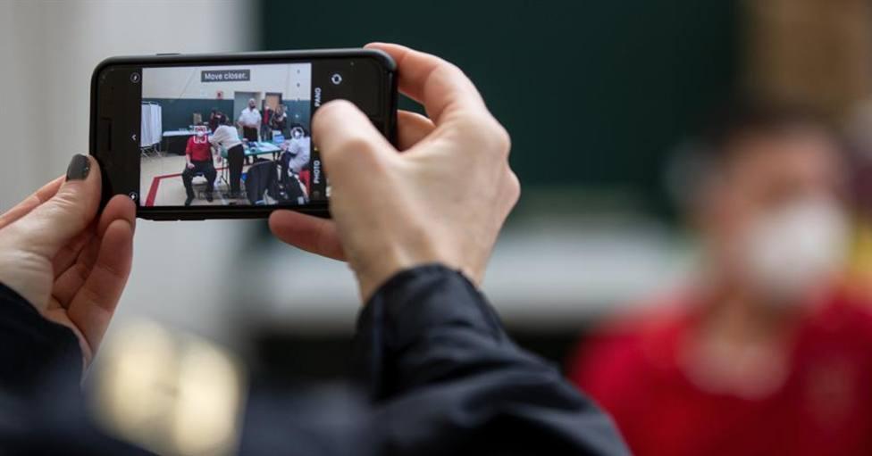 Un usuario realizando una fotografía con su teléfono móvil