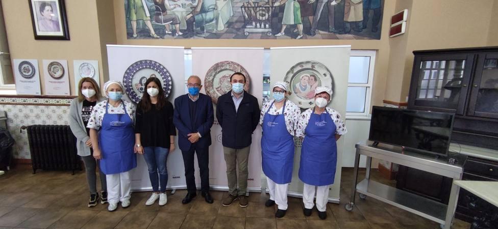 Directivos y trabajadores de la Cocina Económica con Antonio Cortés, de Gadis - FOTO: Cedida
