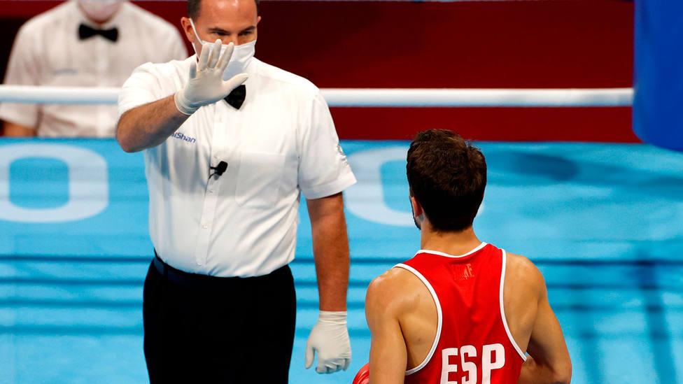El árbitro norteamericano Beau Campbell se dirige a Gabriel Escobar en su combate de cuartos de final