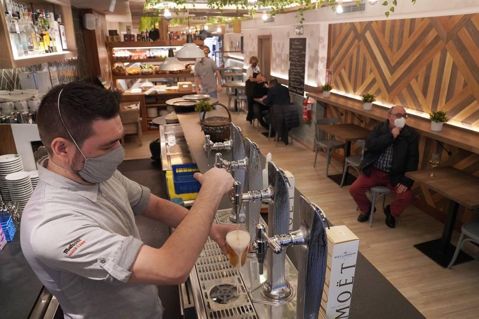 Un camarero llenando una cerveza en un bar. FOTO: Álvaro Ballesteros - Europa Press