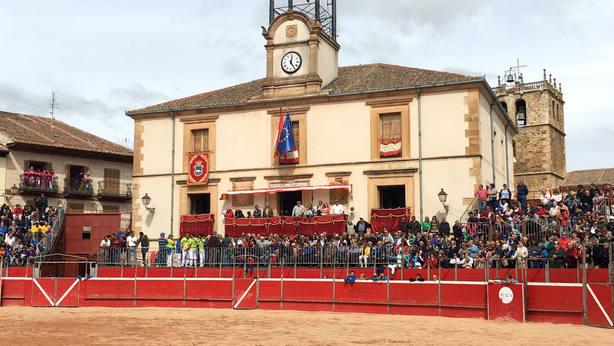 La Plaza Mayor de Riaza acoge la plaza de toros portátil donde se celebran los festejos taurinos