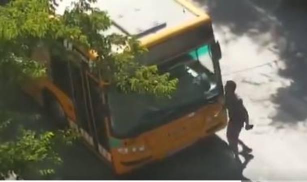 El vídeo de una brutal agresión en plena calle de un pueblo de Valencia al conductor de un autobús