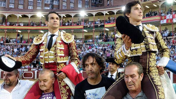 José María Manzanares y Andrés Roca Rey en su salida a hombros este viernes en Valladolid