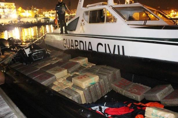 La narcolancha alcanzada por la Guardia Civil de Ceuta en el Estrecho llevaba 4.121 kilos de hachis