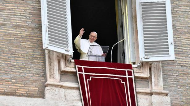 El Papa reza el Ángelus y se dirige a los fieles en la Plaza de San Pedro