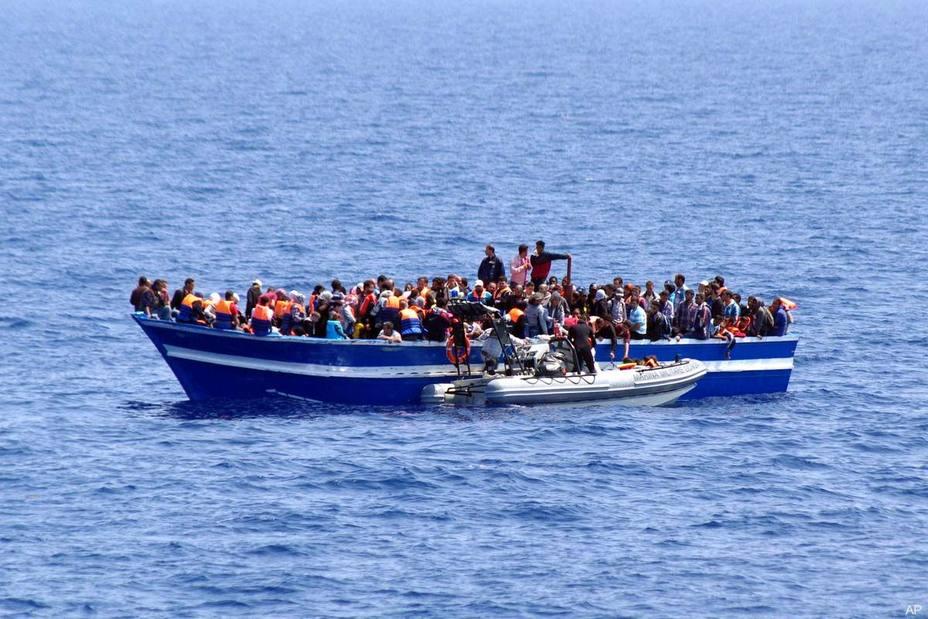 Concentración en homenaje a los 2.275 fallecidos en el Mediterráneo